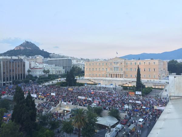 anti - REPORTER VIRTUAL -un text magistral :Tsipras, anti-eroul fără scrupule. E mult prea devreme pentru utopia comunistă Athens_protests