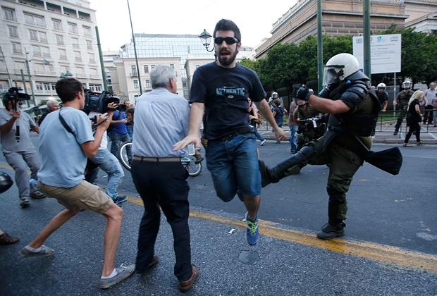 anti - REPORTER VIRTUAL -un text magistral :Tsipras, anti-eroul fără scrupule. E mult prea devreme pentru utopia comunistă Athens_protests2